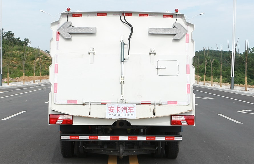 江铃扫路车图片(液压尾门)