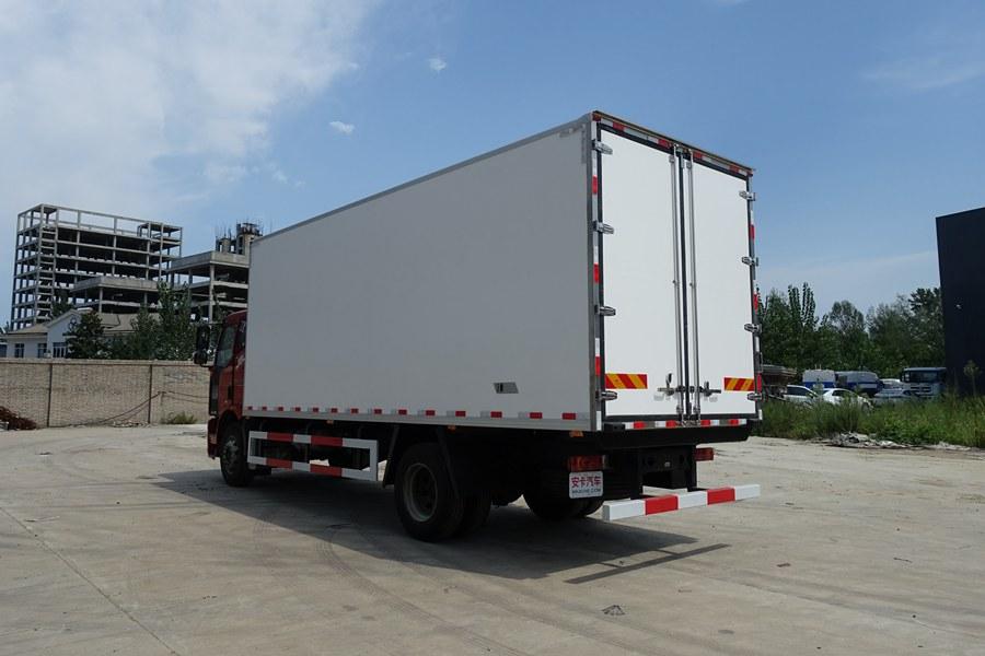解放J6-6.8/7.5米冷藏车斜后图片