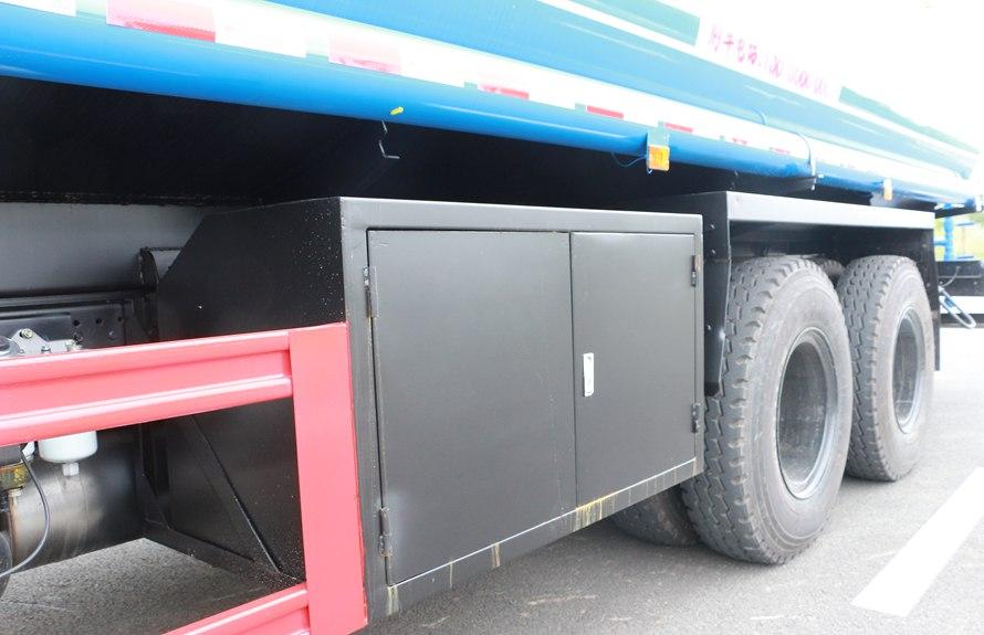 东风新款153 20吨洒水车工具箱图片