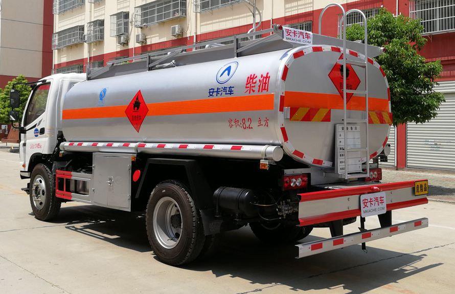 福田8吨小型加油车车尾向右图片