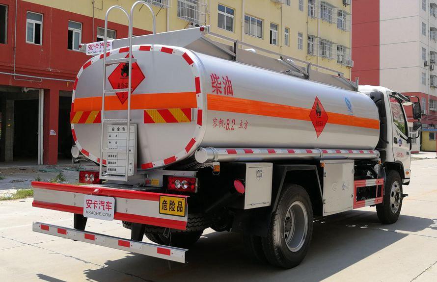 福田8吨小型加油车车尾向左图片