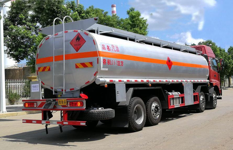 欧曼前四后六24吨油罐车车尾向左图片