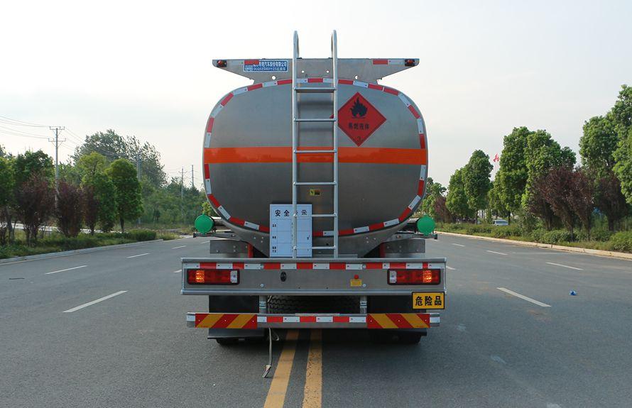 重汽豪沃后八轮17吨油罐车车尾图片