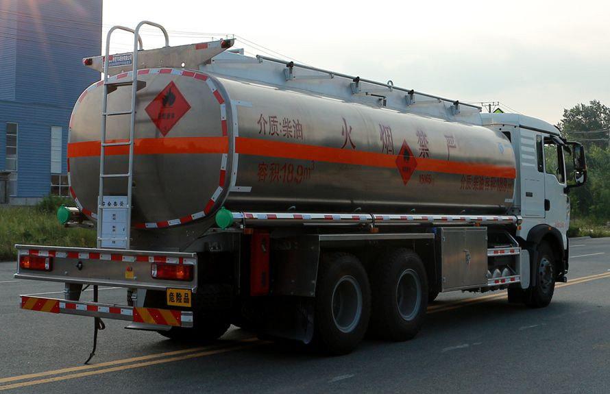 重汽豪沃后八轮17吨油罐车车尾向左图片