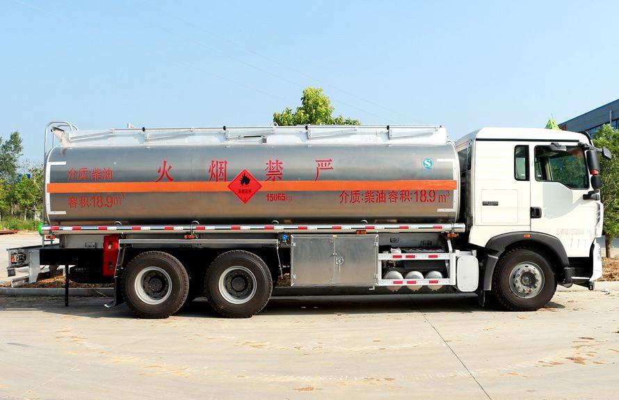 重汽豪沃后八轮17吨油罐车右正侧图片
