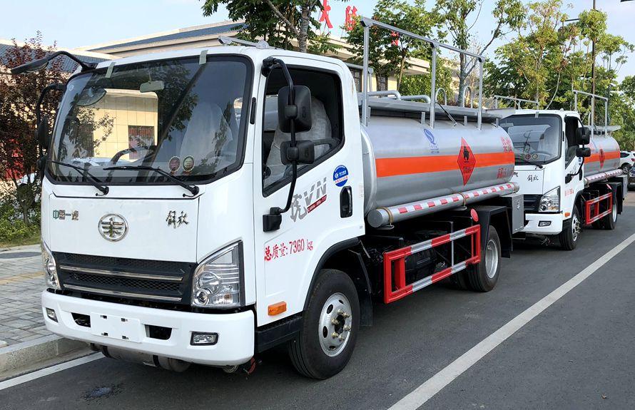 解放5吨加油车左侧图片