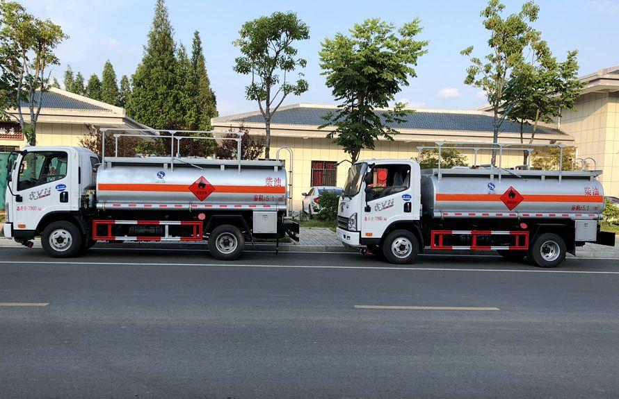 解放5吨加油车正侧图片