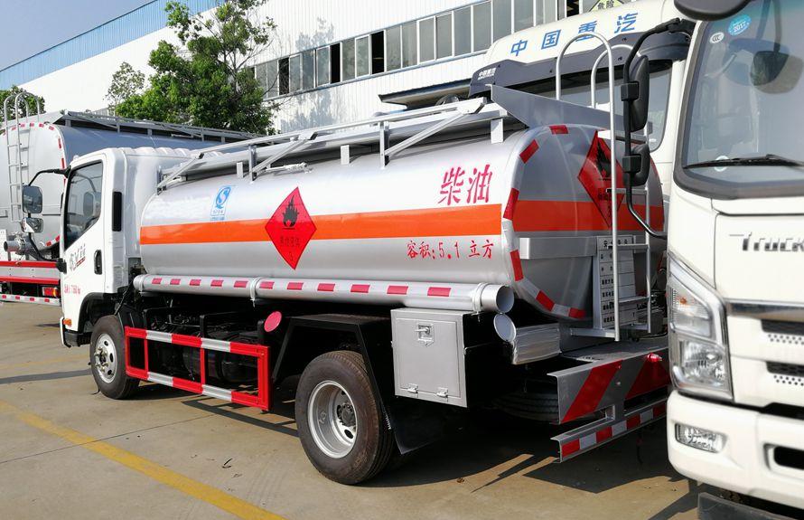 解放5吨加油车车尾向右图片