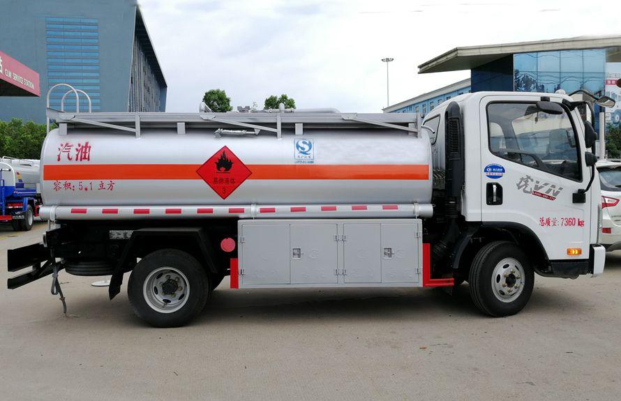 解放5吨加油车右正侧图片