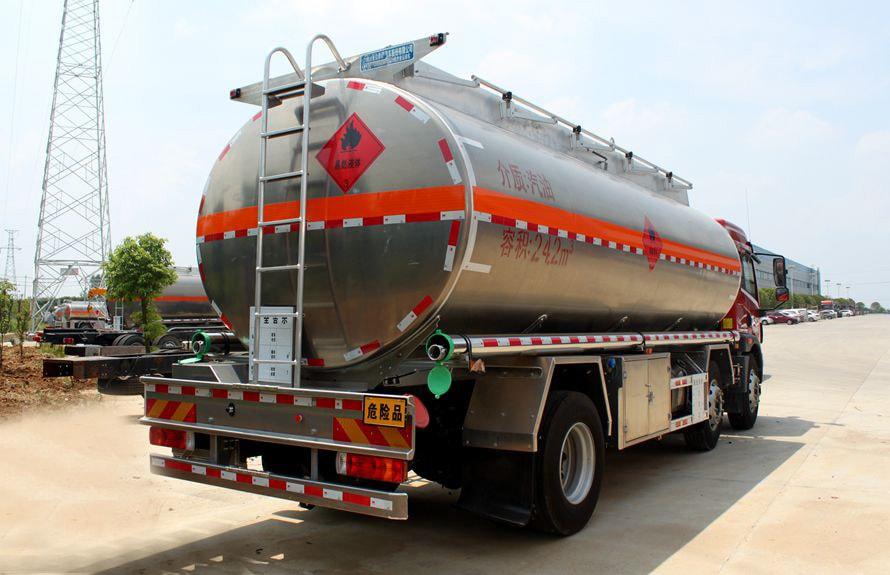解放悍V小三轴22吨铝合金油罐车车尾向左图片
