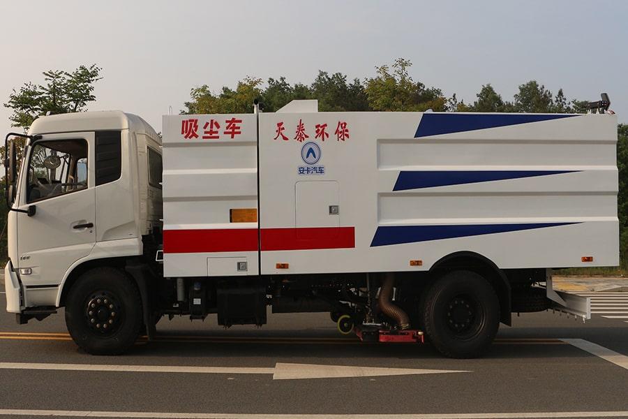 东风天锦吸尘车图片(车头向左正侧)