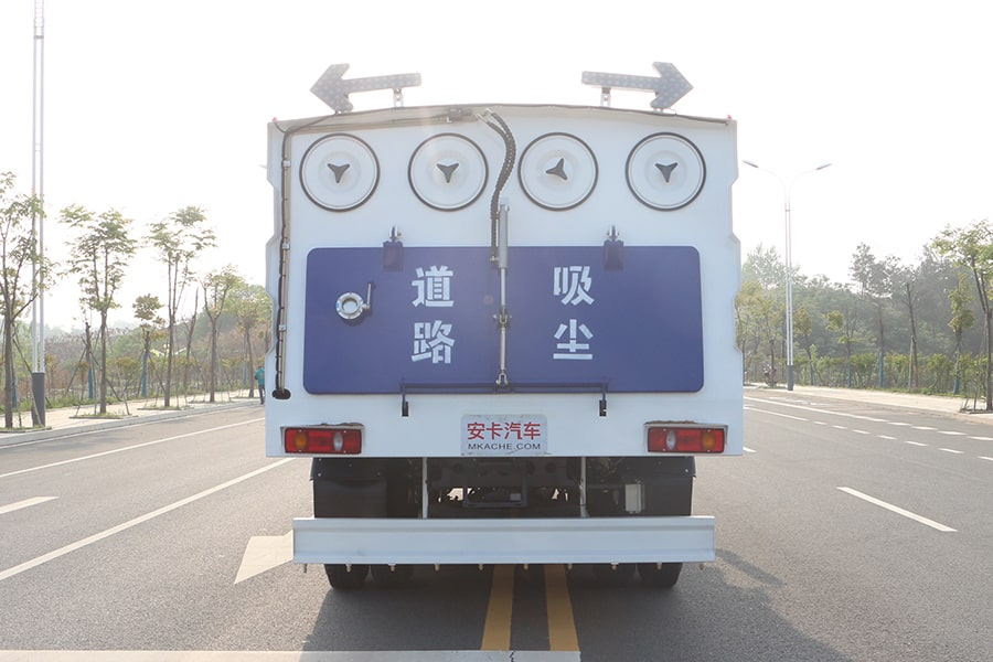 东风天锦吸尘车图片(正尾部)