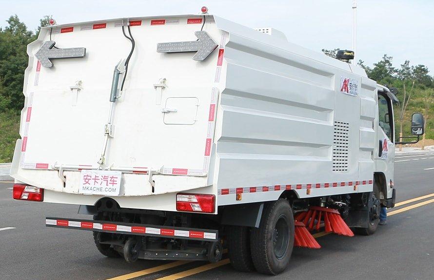 江铃扫路车图片(车头向右后45度)
