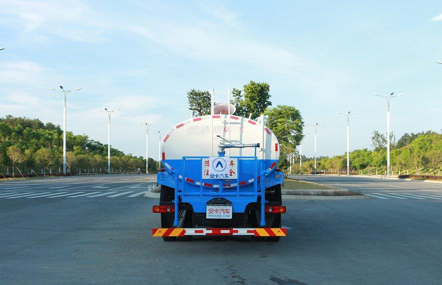 东风御虎13吨洒水车后侧图片展示