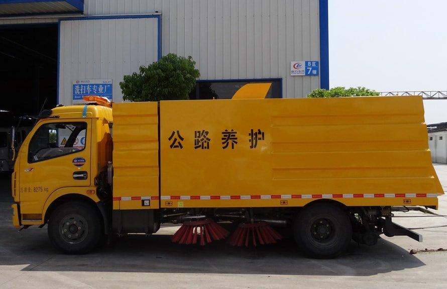 东风5吨扫路车图片(车头向左正侧)