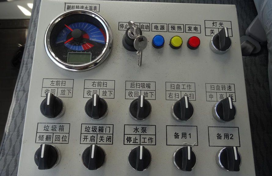 东风多利卡扫路车驾驶室智能控制系统