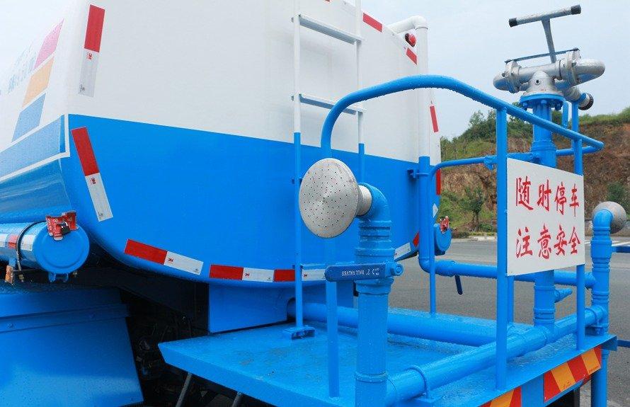 大运5吨洒水车后工作平台图片