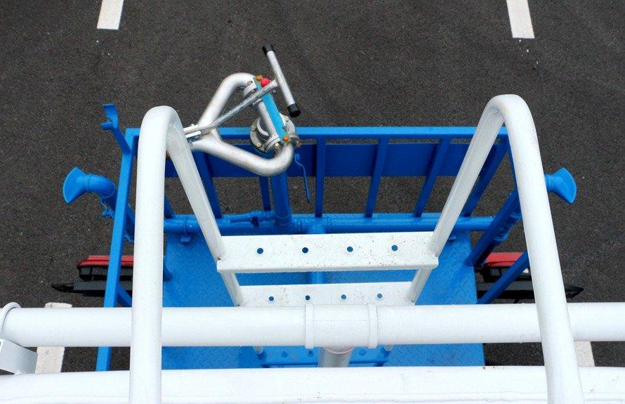东风新款153 20吨洒水车爬梯图片