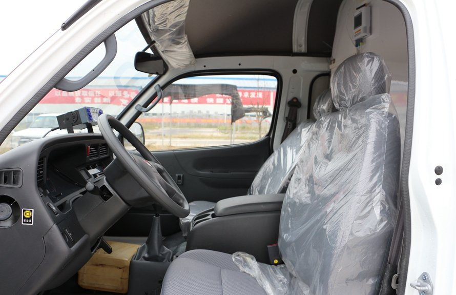 金杯面包式冷藏车驾驶室图片