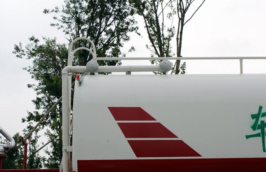东风153后双桥18吨洒水车高位花洒图片