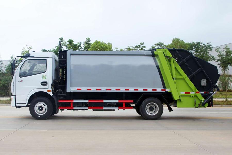 东风5吨压缩式垃圾车图片(车头向左正侧)