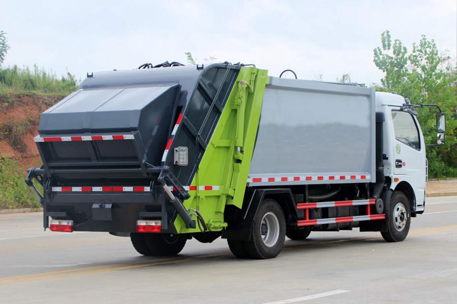 东风5吨压缩式垃圾车图片(车头向右后45度)