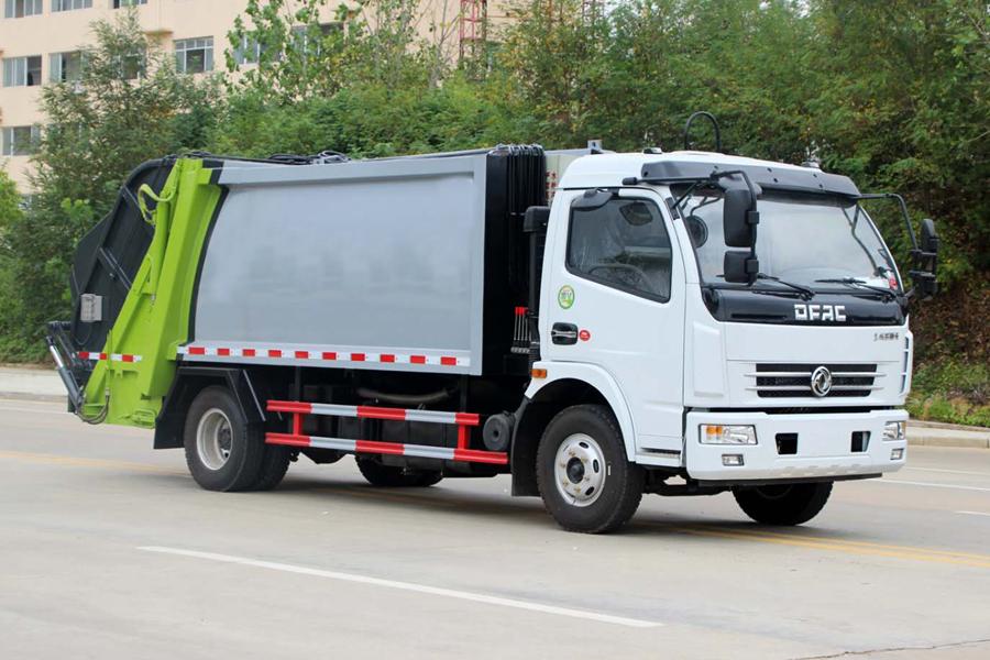 东风5吨压缩式垃圾车图片(车头向右前45度)