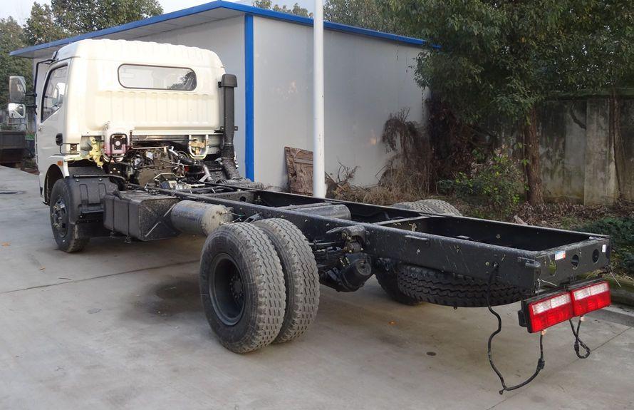 东风5吨压缩式垃圾车底盘图片(车头向左后45度)