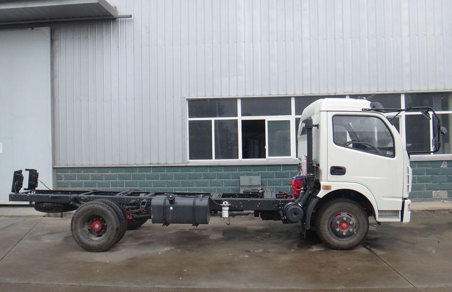 东风5吨压缩式垃圾车底盘图片(车头向右正侧)