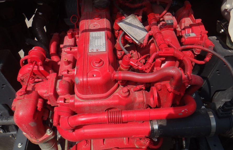 东风3吨压缩式垃圾车底盘发动机图片
