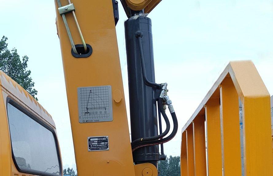 重汽王牌3吨小型随车吊立柱图片