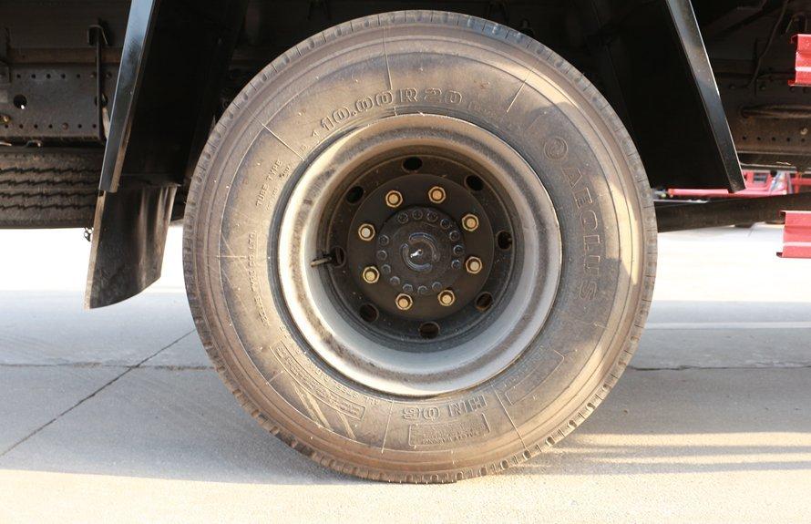 东风天锦7.4米冷藏车轮胎图片