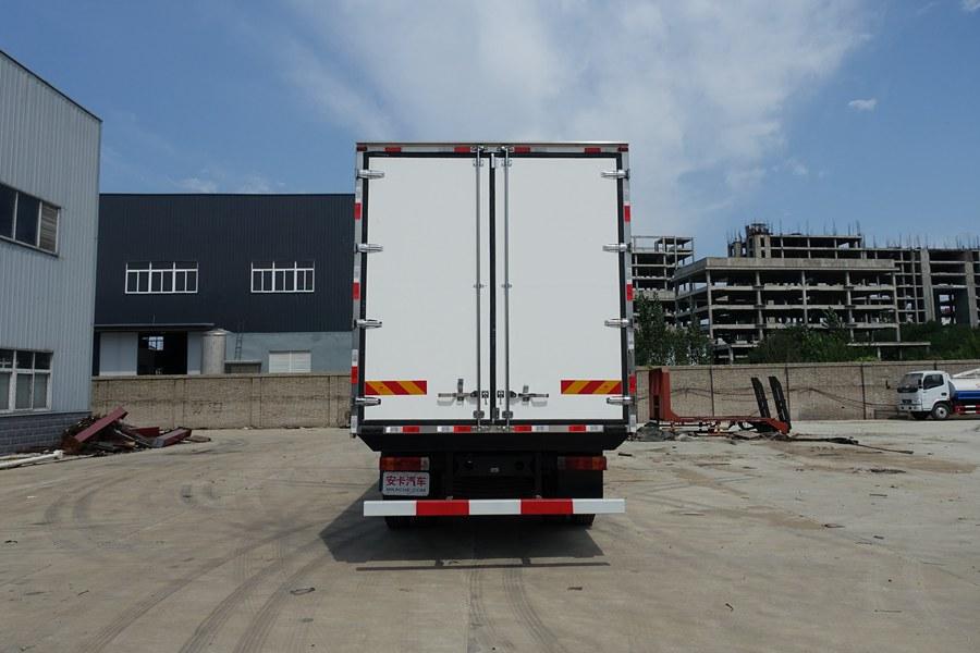 解放J6-6.8/7.5米冷藏车正后图片