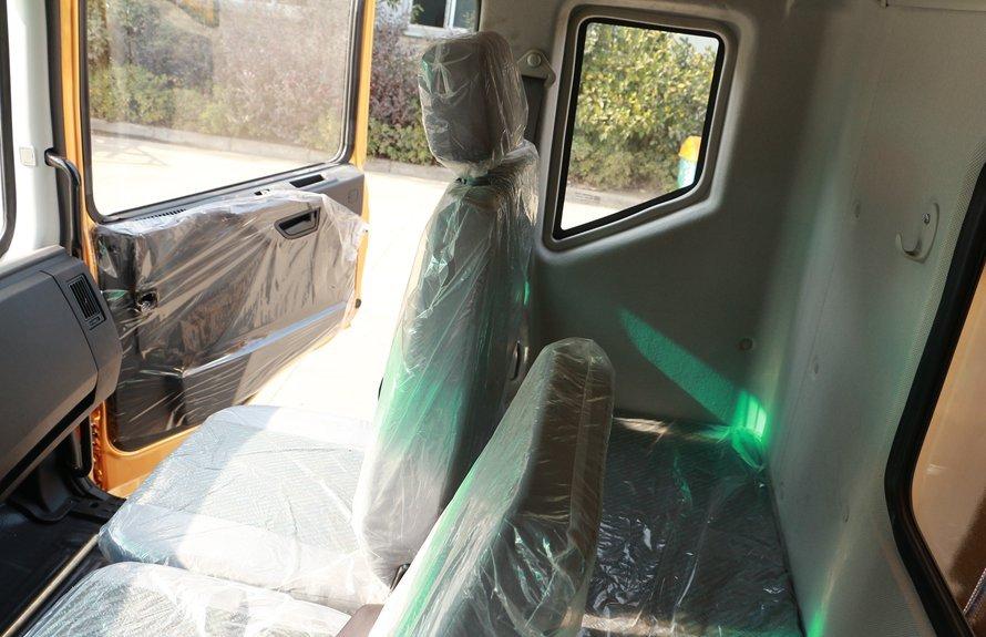 东风多利卡D9-6.8米冷藏车驾驶室排半卧铺图片