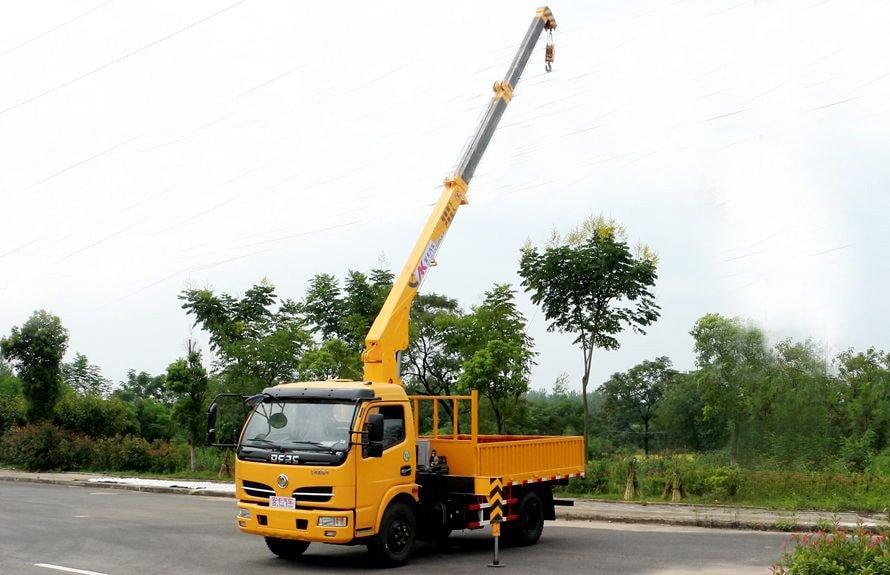 东风2吨小型随车吊吊臂伸出左侧图片