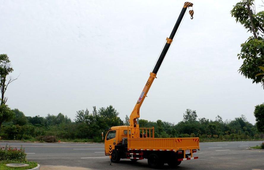 东风2吨小型随车吊吊臂伸出右后侧图片