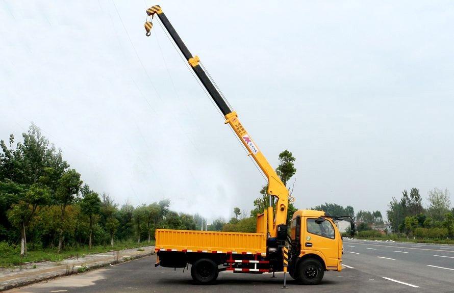 东风2吨小型随车吊吊臂伸出右正侧图片