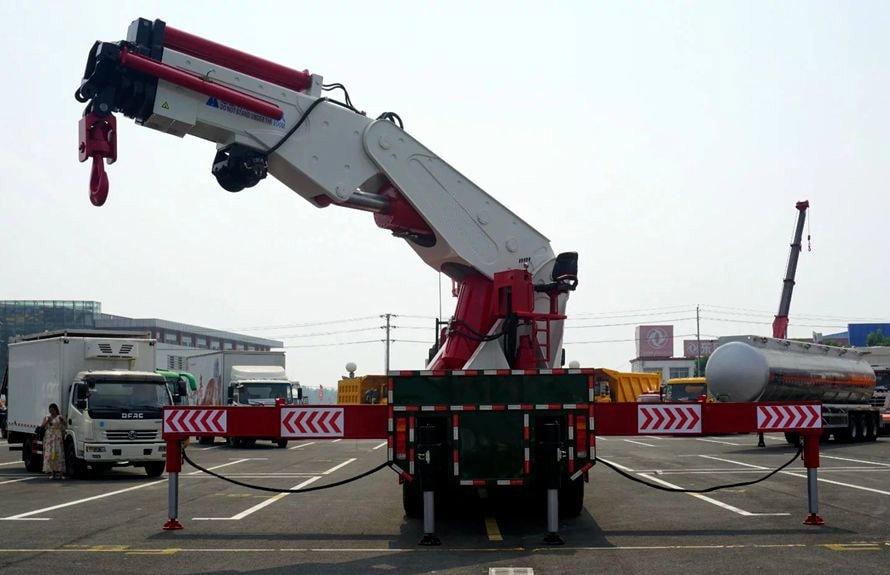 80吨大型随车吊正车尾图片