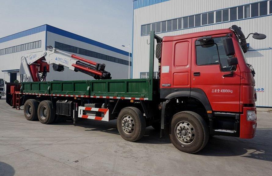 25吨大型随车吊右侧45度图片