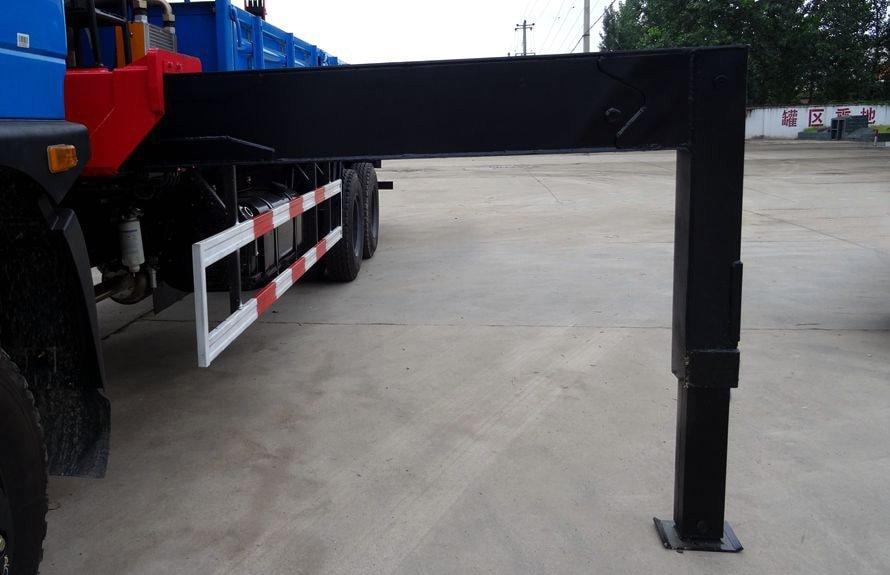 东风12吨随车吊前液压支腿图片