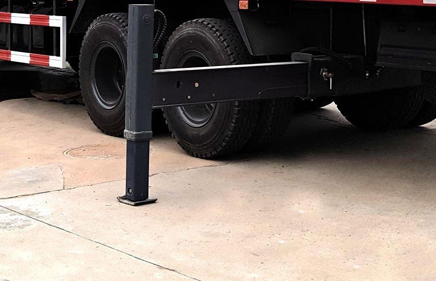东风12吨随车吊后液压支腿图片