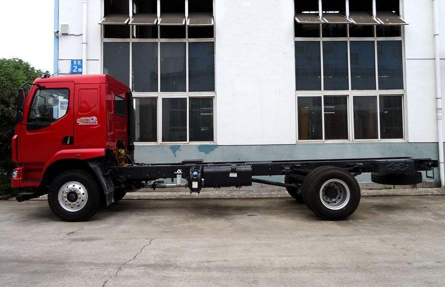 东风柳汽6.3吨随车吊底盘正侧图片