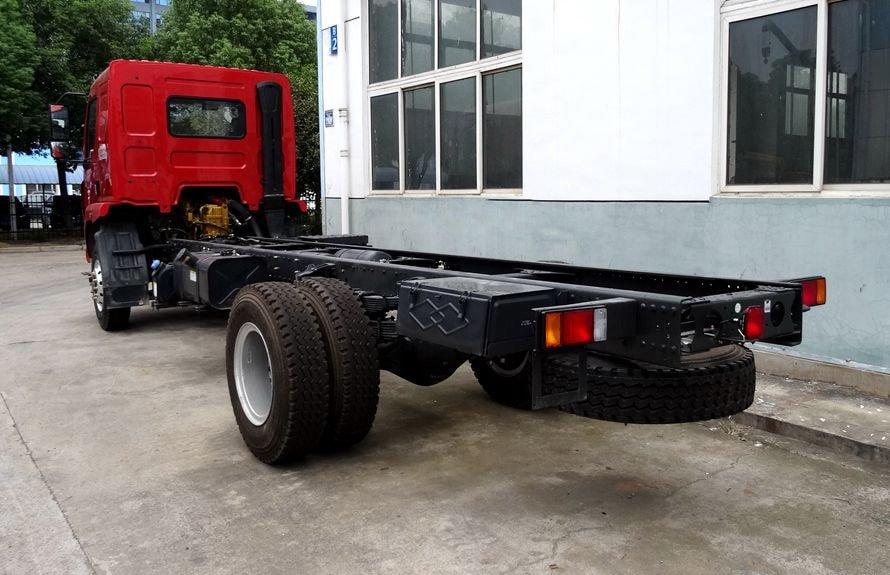东风柳汽6.3吨随车吊底盘车尾向右图片