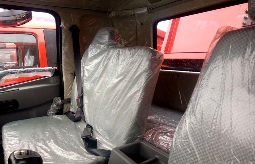 徐工8吨随车吊带卧铺座椅图片