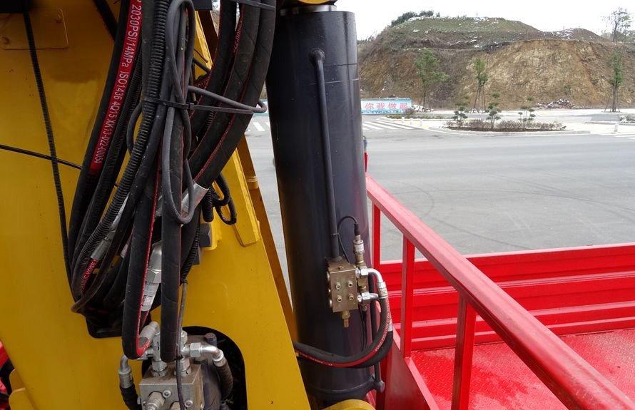 东风天龙16吨随车吊液压油缸图片