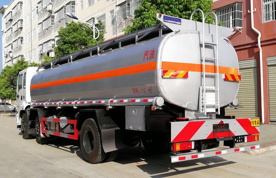 东风小三轴17吨油罐车后侧图片