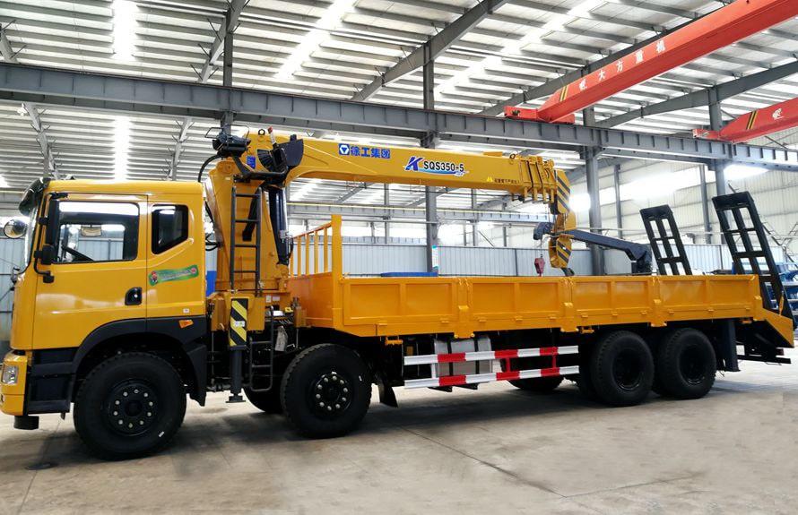 东风特商14吨随车吊平板运输车正侧图片
