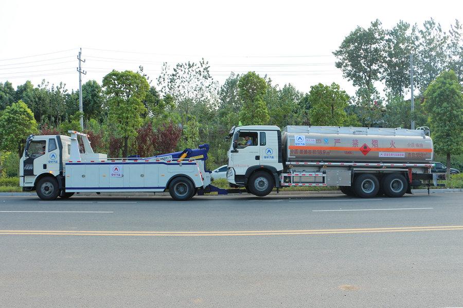 解放J6重型清障车拖车左前图片