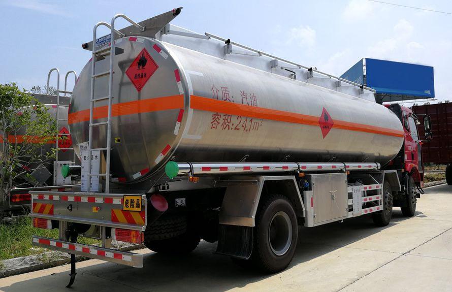 解放21吨铝合金油罐车车尾向左图片