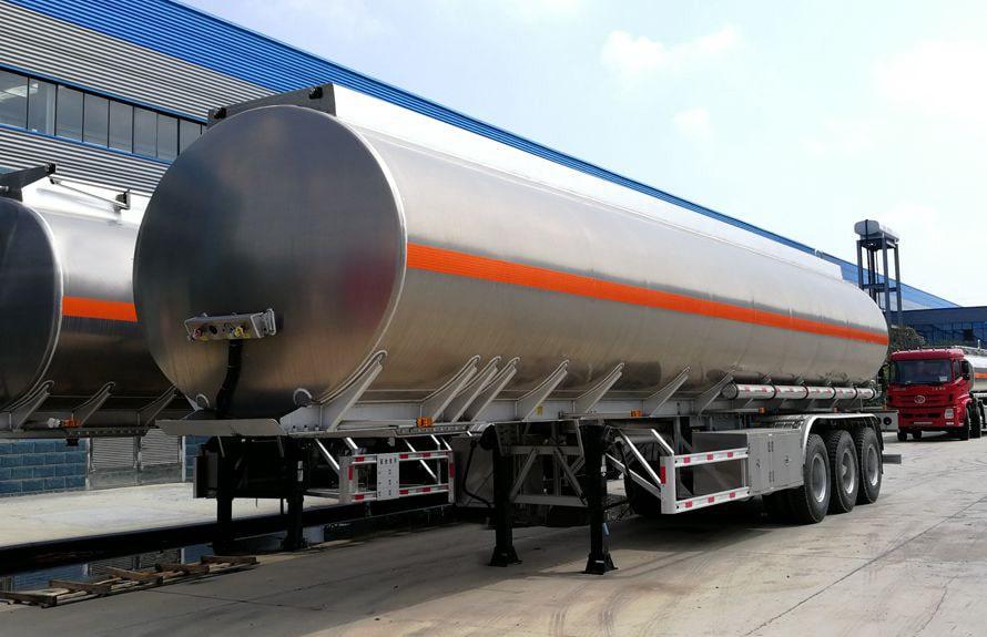 43方铝合金半挂油罐车左侧图片